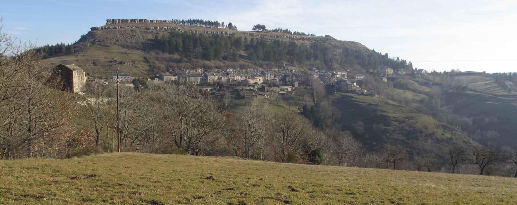 Le village de Barre-des-Cévennes, entre les schistes et les grès et calcaires