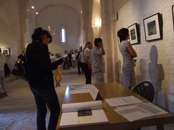 """Vernissage de l'exposition """"un maquis d'antifascistes allemands en Cévennes"""" le 5 juillet 2010 à l'église de Molezon (Cévennes-Lozère)."""