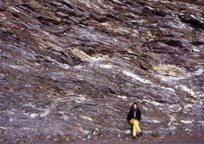Zone de schiste déformé riche en amas de quartz blanc.