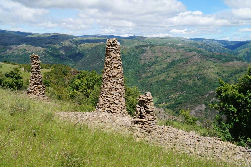 Empilement de schistes dans le paysage (photo Robert Guin)