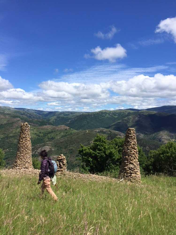 Colonne de schistes dans le paysage (photo Christel Calais).