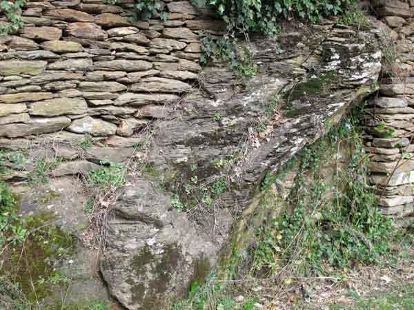 Mur construit sur le rocher dans le site des Calquières à Saint-Germain-de-Calberte.