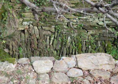 Au niveau de l'eau du valat, le mur est construit en calade, avec les pierres à la verticale.