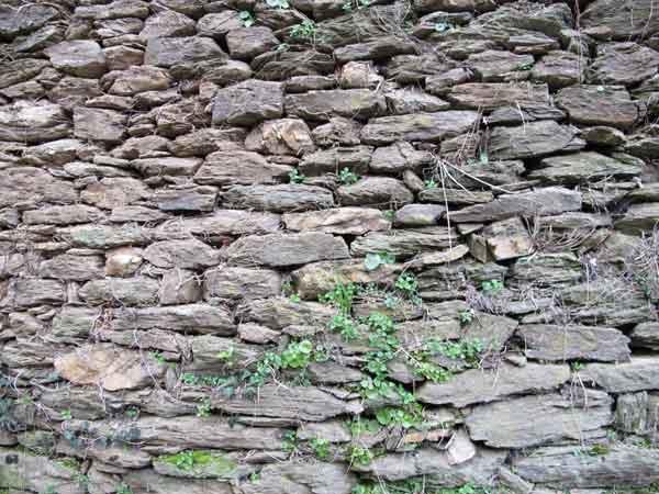Parement d'un mur du site des Calquières à Saint-Germain-de-Calberte.