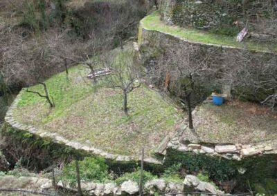 Située entre deux cours d'eau, cette terrasse supporte des arbres fruitiers.