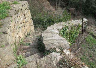 Les escaliers permettent d'accéder à différents niveaux de terrasses.