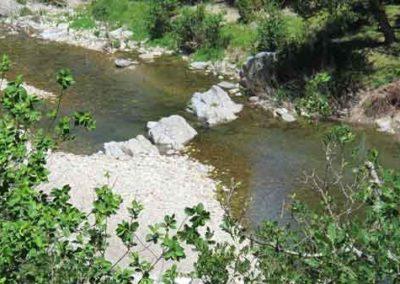 Dans la vallée du Tarnon, en face du filon, on aperçoit dans la rivière le filon de Grategals.