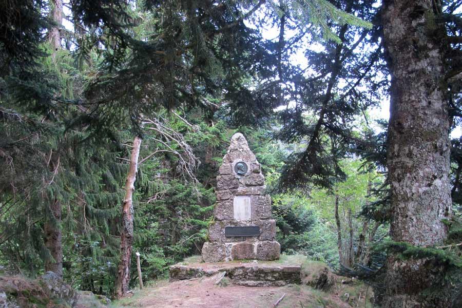 Stèle en hommage des botanistes de l'Hort-de-Dieu.