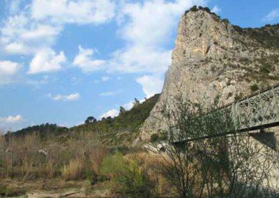 La faille des Cévennes délimite les falaises calcaires à Anduze.