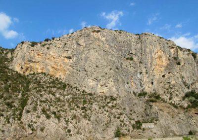 Les falaises de calcaire plissées d'Anduze