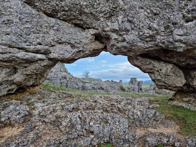 Sous l'arche du Veygalier à Nîmes-le-Vieux (photo Philippe Gaubert)