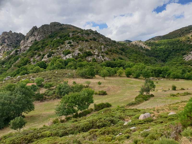 Vue du col de Montclar sur les rochers de Trenze (photo Carlos)