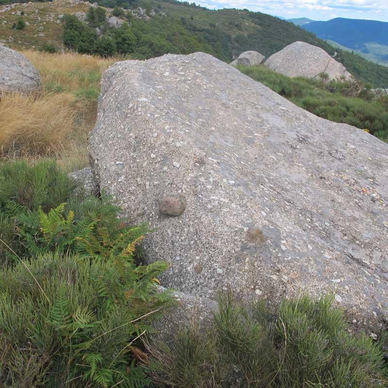 L'enclave dans le granite - col de Montclar (photo Robert Guin)